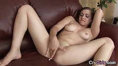 Брюнетка плачет после того, как трахает себя пальцами до оргазма