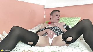 Mature mom with hungry anal and pussy holes