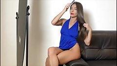 Donna sola che si denuda per farci ammirare il suo corpo fav