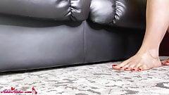 Студент надевает чулки на сексуальные ноги и трахает киску пальцами