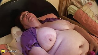 Chubby mature slut step mom playing with her old pussy