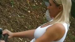 Junge Mutter mit Prallen Milchtitten