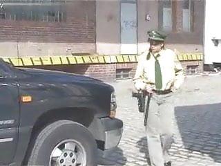 Dick holt Polizistin holt ihre dicken titten raus