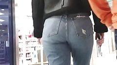 Ładny seksowny duży tyłek w dżinsach