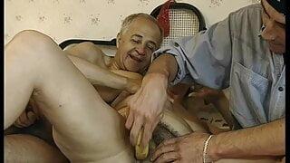 Oma wird com jungen Typ gebumst Opa macht mit