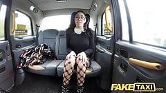Фейковое такси Испанская красотка в очках обожает член такси