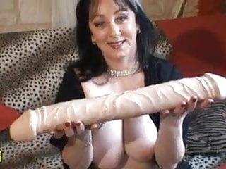 Lingerie sexy pour femme gros - Une femme joue avec un gros gode