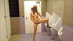 toute nue dans les toilettes
