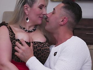 Sisters eat mothers pussy - Busty natural mother fucks lucky guy