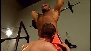 Pumping Iron - Musculosos follando en el Gimnasio