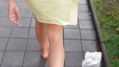 Voyeur prześwituje żółta sukienka widoczne białe stringi