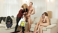 Daddy4k. нежные создания встречают привлекательного мужчину у их мамы