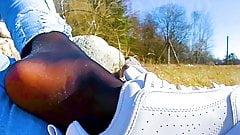Игра с обувью, девушка в кроссовках выскользнула из ее потного вонючего нейлона