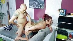 Hausfrau Ficken - немецкая домохозяйка делает минет с большим хуем