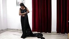 Desi, mère, sari noir