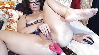 Ginger stepmom fucking her pussy and ass