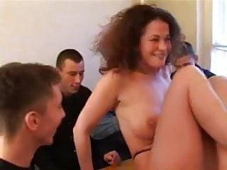 Nudist corps Belle brunette offre son corps a 6 copains