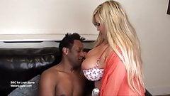 Blondynka z dużymi piersiami wypełniona wielkim czarnym kutasem