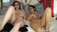Le lesbiche di yank sophia e jennsin si divertono insieme