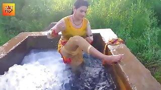 Desi Village Bhabhi Nangi Hokar Khet Me Nahate Huye