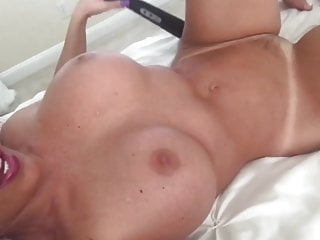 Maryam alone with vibrator avi Horny housewife alone at home testing her new toy