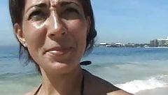 Vendedora Lia transa com desconhecido da praia