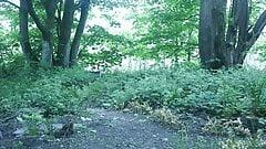 Писсинг на улице в лесу