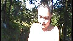 Молодая девушка предлагает свою сладкую киску в лесу
