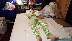 Мальчик в подгузнике застрял в шпале