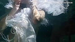 Polcharova и Siskina мокрые возбужденные подводные лесбиянки