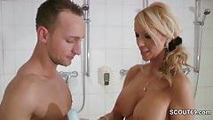 Stief-Mutter ueberrascht ihn in der Dusche und hat Spass