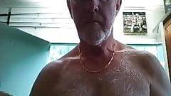 B42 волосатый серебряный дедушка показывает свое тело