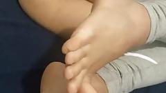 Dziewczyna bawi się stopami - idealny tyłek