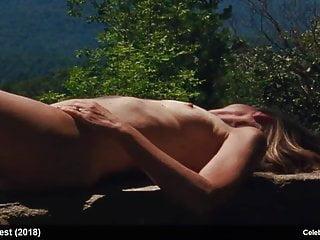 Natalia Dyer  nackt