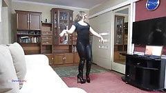 Dançando de botas e leggings