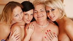 Лесбийское порно с бабушкой в горячем сексе вчетвером