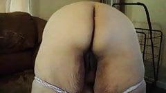 she loves wigling her ass