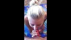 Настоящая блондинка красотка сосет хуй в любительском видео