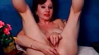 Granny MILF with wrinkled pussy masturbating on cam