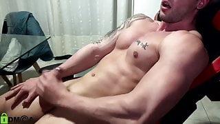 quick cumshot of 22yo bodybuilder Max