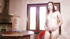 Anika masturbiert auf ihrem roten Stuhl