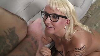 Kitty Wilder, der blonden Schlampe auf die Brille gerotzt