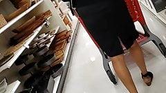 Черная сексуальная горячая бабуля под юбкой
