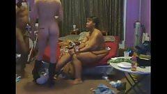 Черная жена наблюдает, как муж трахает белую девушку