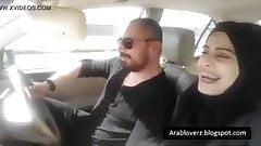 Chica caliente con un hijab en su auto se vuelve loca