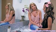 Caliente rubia adolescente seducida por madrastra