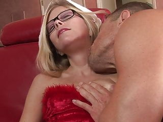 Stretching cunt pain - Geeky milf gets her cunt stretched by a huge dick