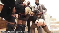 Милфа хочет большие черные члены в каждой дырке и кончает на лицо