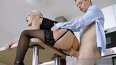 Вот как ты занимаешься анальным сексом №1 - кухонный анал с красоткой