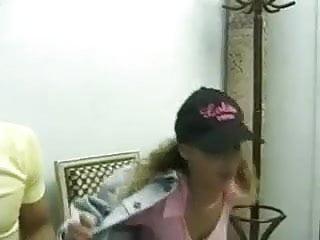 La salle sex scandal Raphaella anderson dans la salle dattente